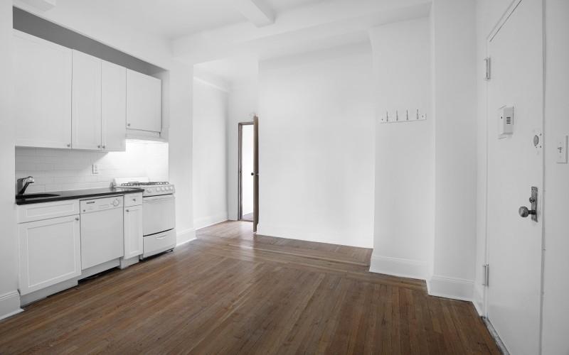 19 W 69-#903-Livingroom1Low