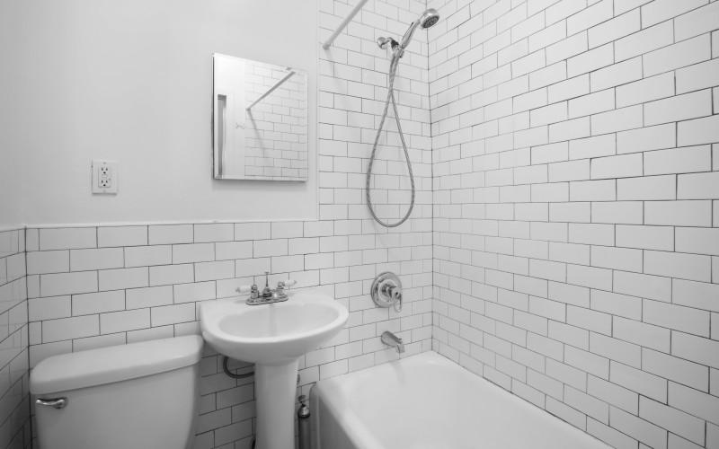 48-Greenwich#1A-BathroomLow